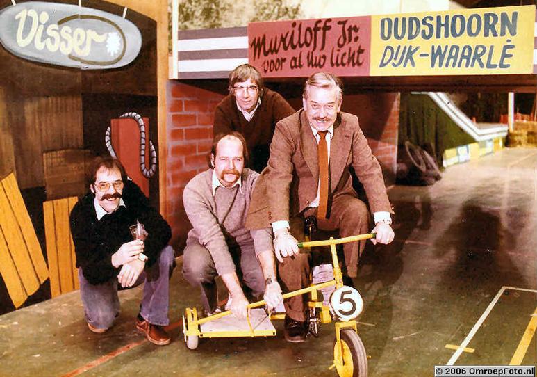 Op deze OmroepFoto : Programma 'StedenSpel', jaartal onbekend. Vlnr.: †Theo van Dijk, Bert Waarlé, †Piet Oudshoorn (zónder snor) en †Frans Muriloff.