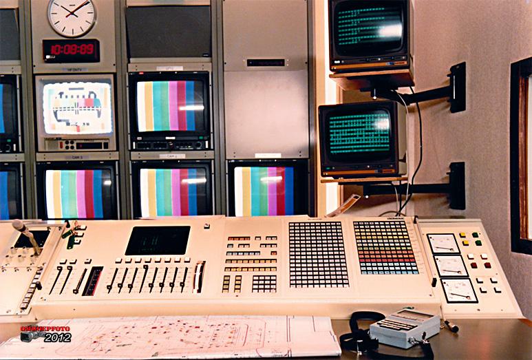 """Op deze OmroepFoto : Lichtpositie Studio - 6 met het Siemens """"lichtorgel"""" (de eerste computer voor Licht)"""