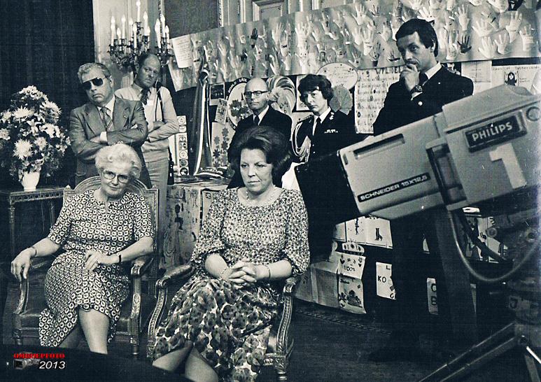 Op deze OmroepFoto : Bij het terugkijken van een opname ivm. het bedanken voor de vele cadeaus ter gelegenheid van de kroning