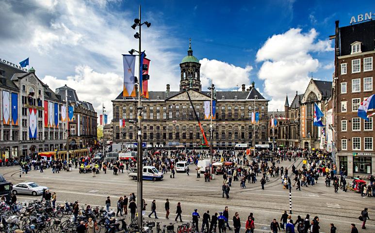 Op deze OmroepFoto : <a href='http://www.nrc.nl/inbeeld/2013/04/29/de-laatste-voorbereidingen-in-amsterdam/' target='_blank'>Bron : NRC</a>
