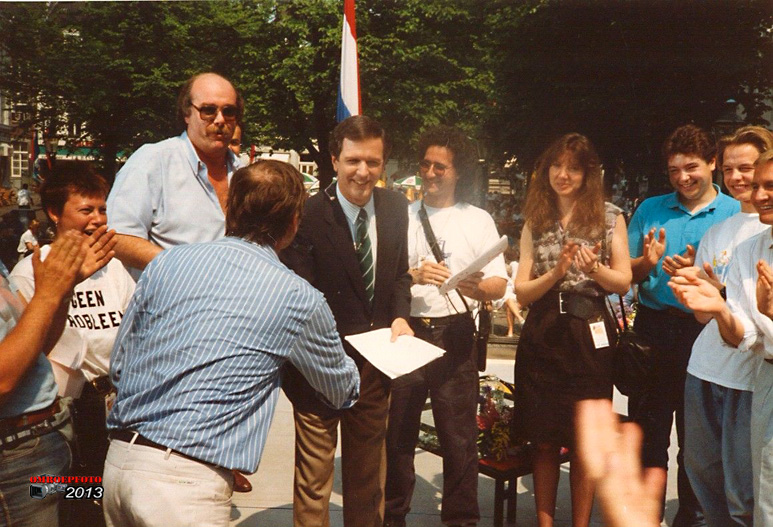 Op deze OmroepFoto : Mei 1989, Maastricht, Charlie Gibson, één van de presentatoren van Goodmorning America, bedankt Joop de Valk (EN Truus :-) )