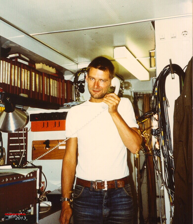 Op deze OmroepFoto : Onderhoudstechnicus Hans Higler bestelt een nieuwe camera in Trein - 12