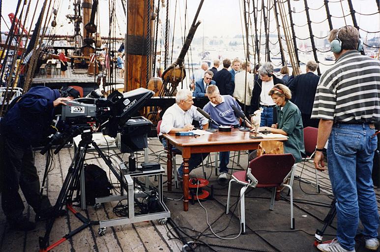 Op deze OmroepFoto : Achter de tafel v.l.n.r. Hans Veldmeijer, Kees Koot, Ellen van der Pas en Annette van Trigt
