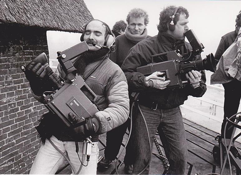Op deze OmroepFoto : Roel Deen bij de molen van Dokkum, gemaakt bij Nederland Muziekland 1985, tijdens de Elfstedentocht.