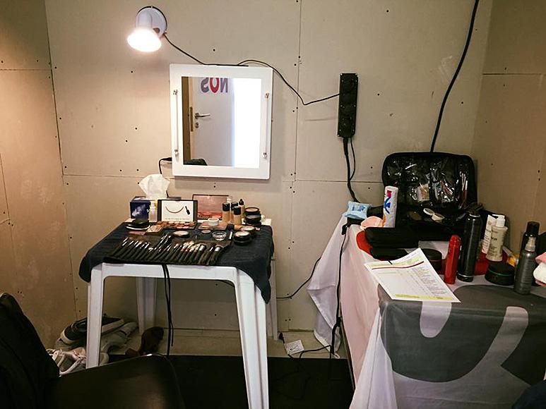Op deze OmroepFoto : Mijn werkplek voor de komende 2 weken. Echt Glitter en Glamoerrrr bij de tv.