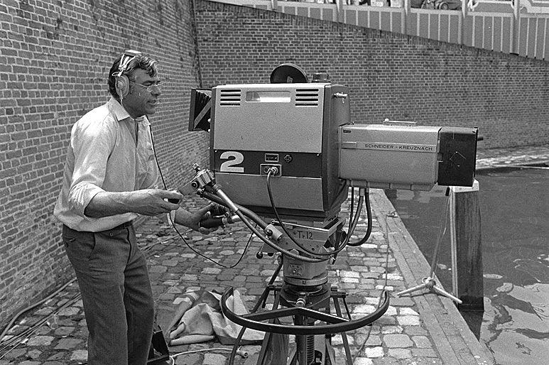Op deze OmroepFoto : Fons de Beer achter een LDK -3 camera.