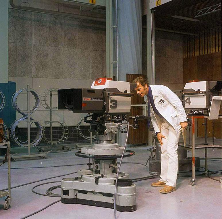Op deze OmroepFoto : Ontwerper Gerard Bouwens achter een LDK - 6 camera.